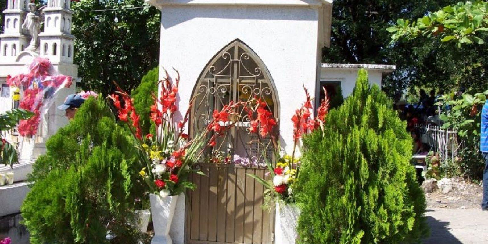 Esta es la tumba donde descansan los restos de su madre, Victoria Valadez, en Parácuaro, Michoacán