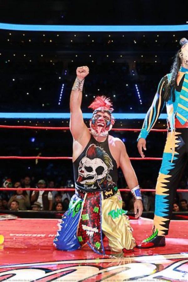En sangrienta lucha, Psycho Clown deja pelón a Pagano Foto:AAA