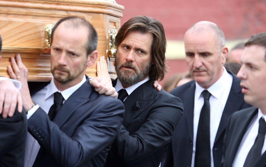 The Grobsy Group Foto:Carrey pagó los gastos funerarios de su expareja y llevó el ataúd en sus hombros.
