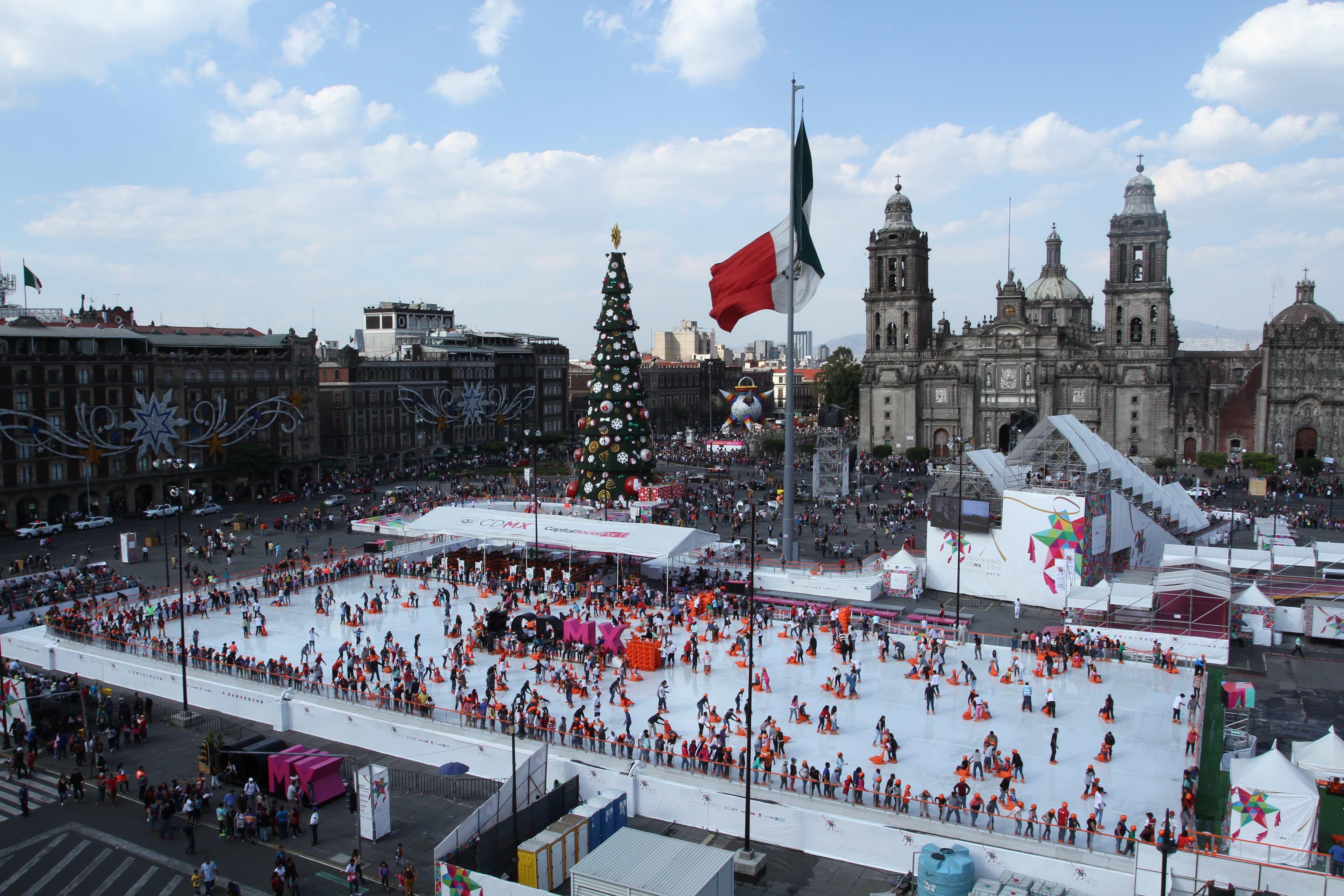 Inicia el montaje de la pista de hielo en el Zócalo capitalino