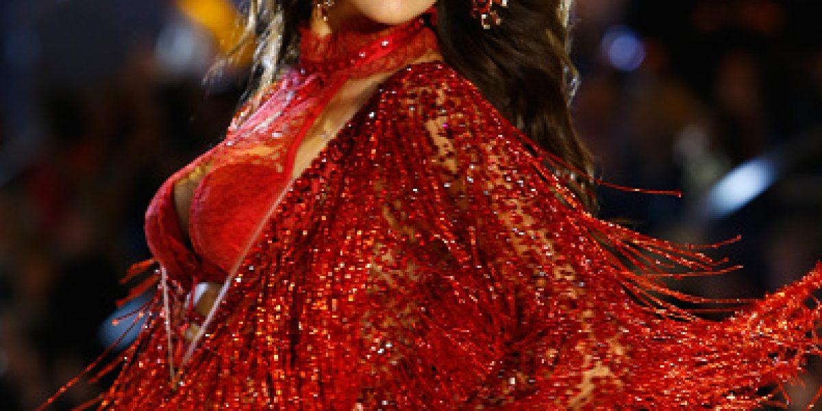 Irina Shayk desfila embarazada en Victoria's Secret Show 2016