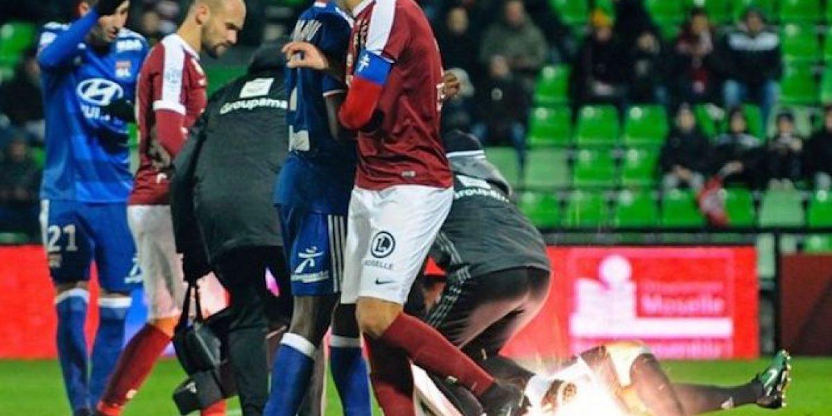 VIDEO: Aficionados lanzan petardos al campo en Francia e impactan a un jugador