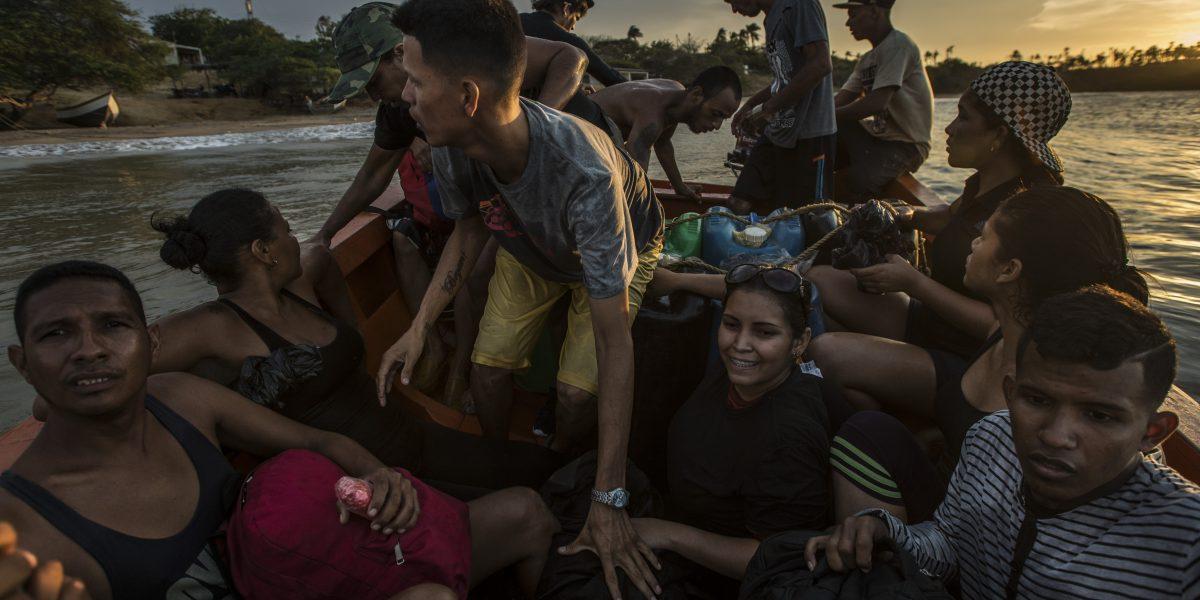 Venezolanos hambrientos huyen en barcos para escapar del colapso económico