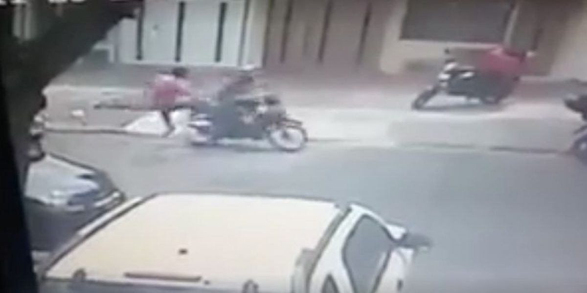 VIDEO: Vecinos dan golpiza a ladrón que asaltó a mujer