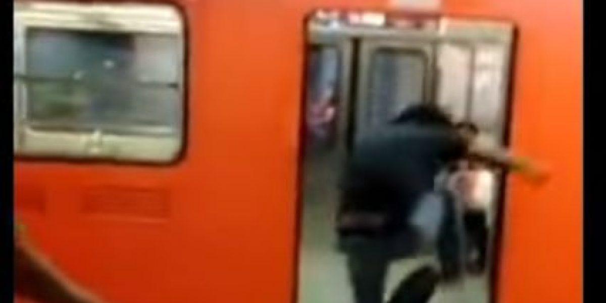 Jóvenes golpean brutalmente a policías en el Metro Tepito