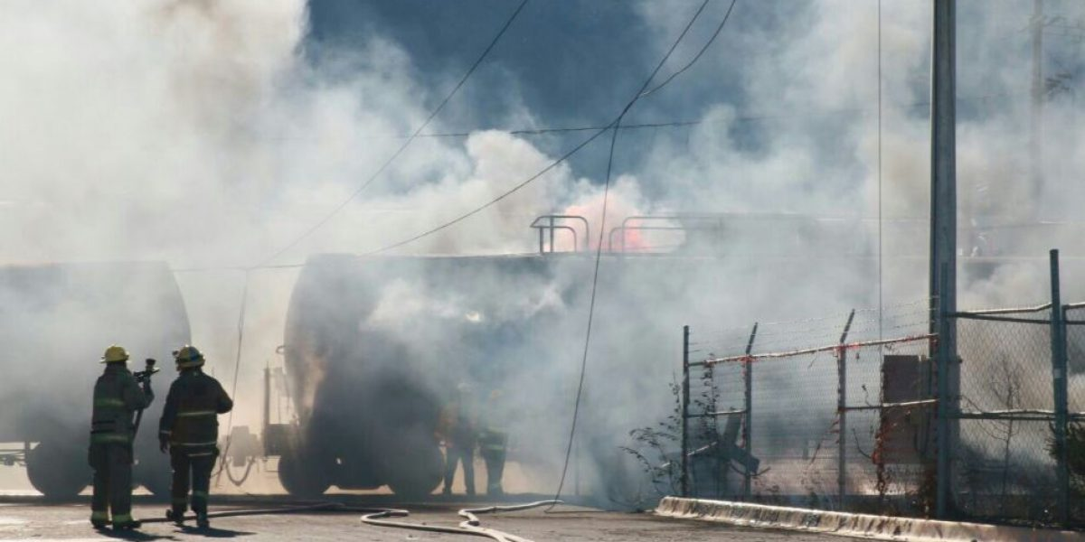 Explota pipa de gas tras choque con tren en García, Nuevo León