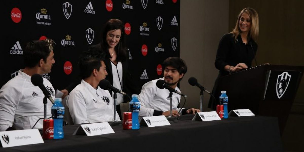"VIDEO: ""Chava"" Iglesias y su hermana se enfrentan en conferencia de Club de Cuervos"