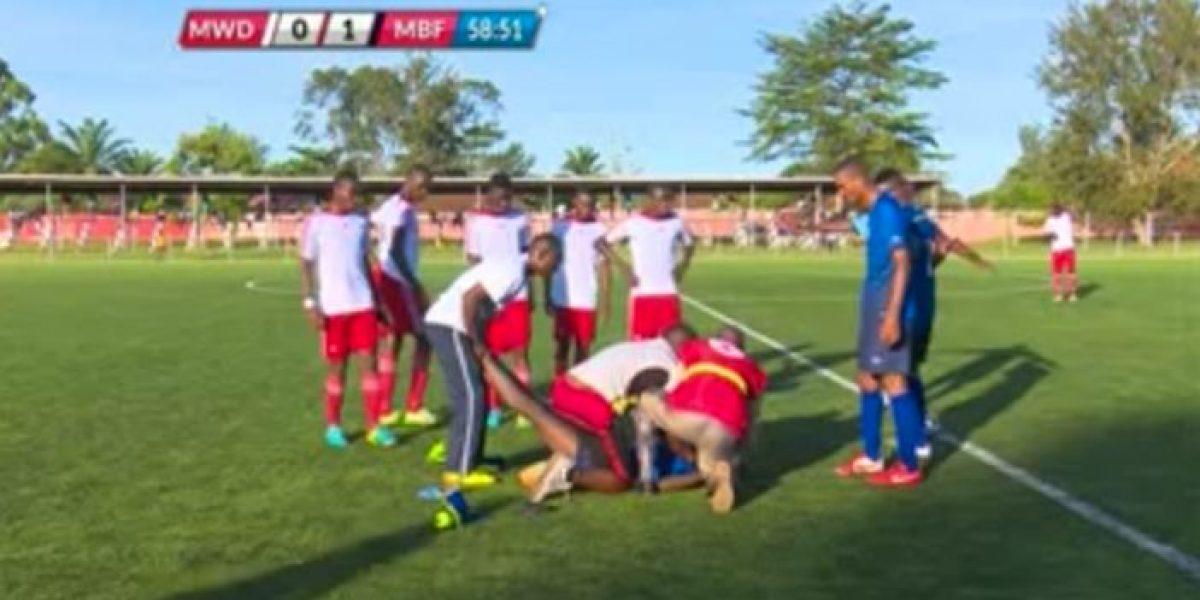 VIDEO: Futbolista muere en pleno partido; había marcado gol