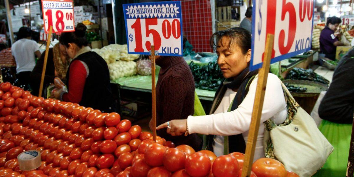 Salario con 40 años de rezago; familias requieren 10 mil para comer
