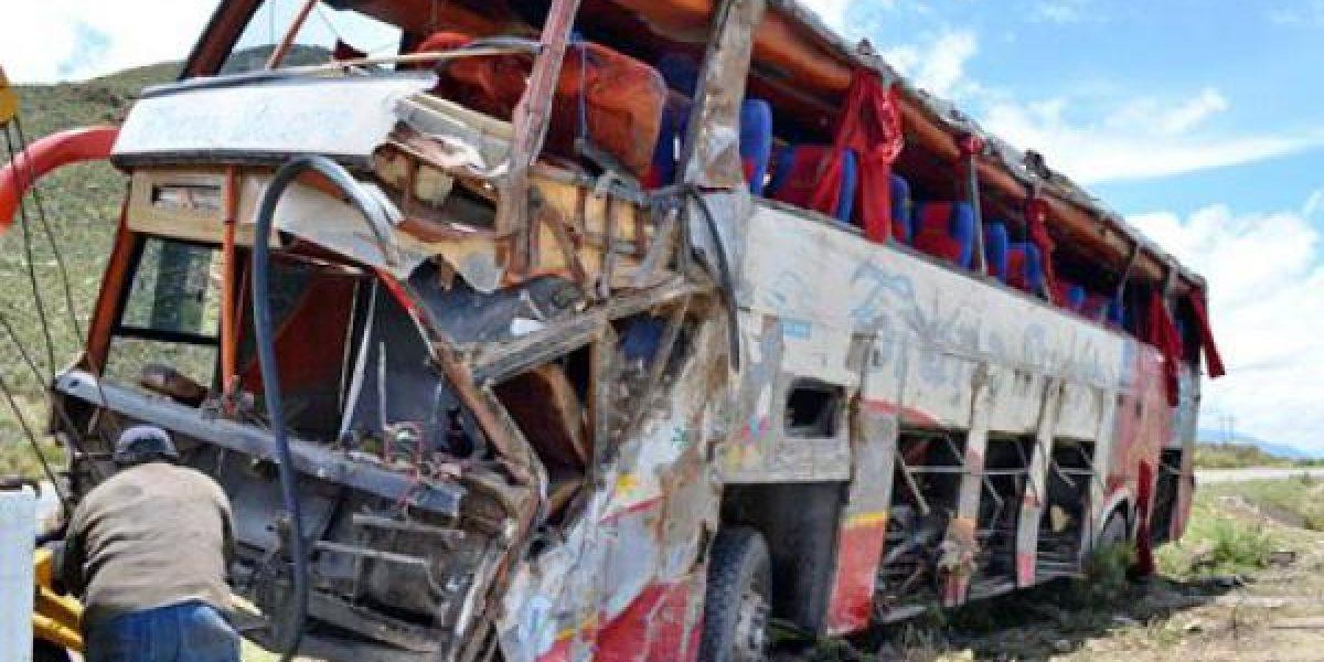 Al menos 13 muertos en Bolivia al despeñarse autobús que partió de Chile