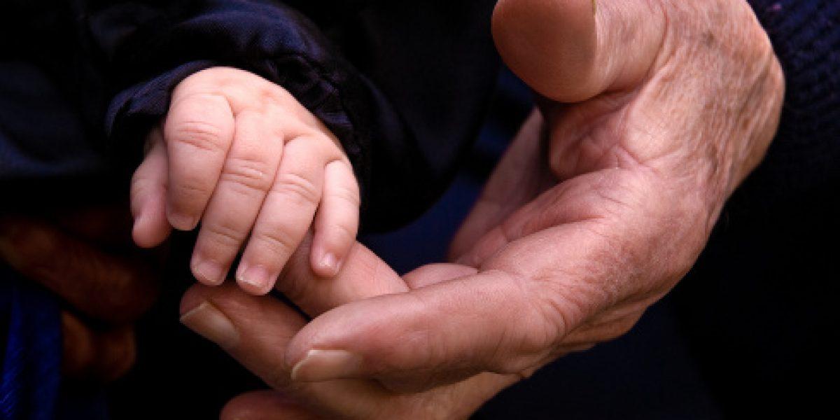 Abuela da a luz a su nieto; congeló óvulos de su hija tras enfermedad
