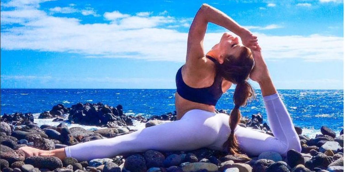 La piloto sueca que reina en Instagram con sus posturas de yoga