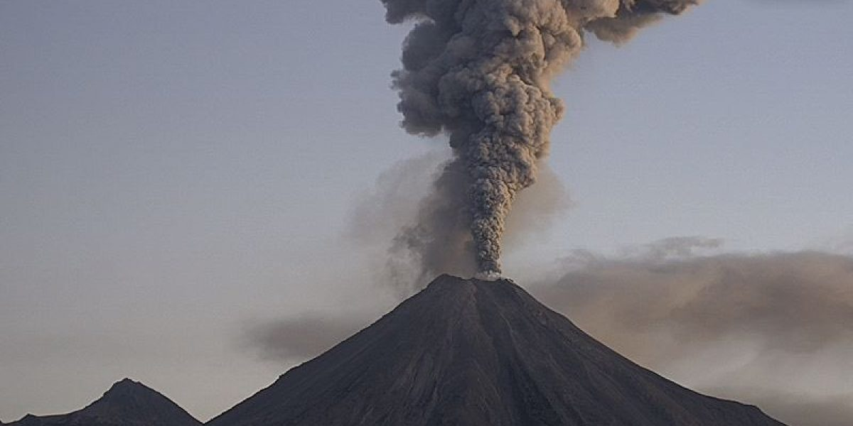 Volcán de Colima emite columna de humo y ceniza de 2.5 kilómetros