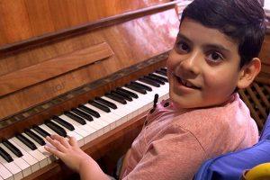Huesos de cristal, la lucha de Ramsés. Imagen Por: Cuando sea grande, Ramsés quiere ser pianista. | Foto: UNOTV