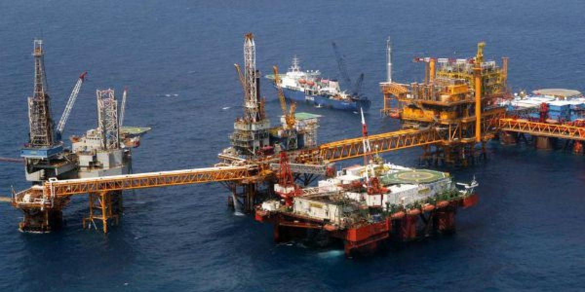 México acuerda reducir producción de crudo en 558 mil barriles