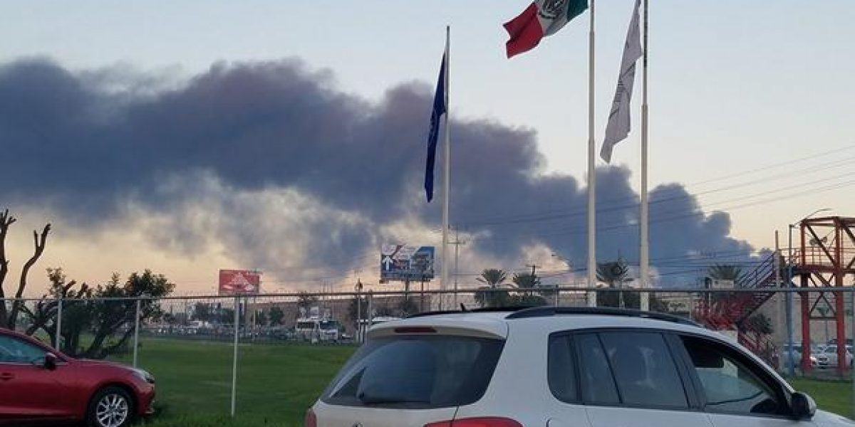 Evacuan a 700 por incendio en fábrica de plástico en Apodaca