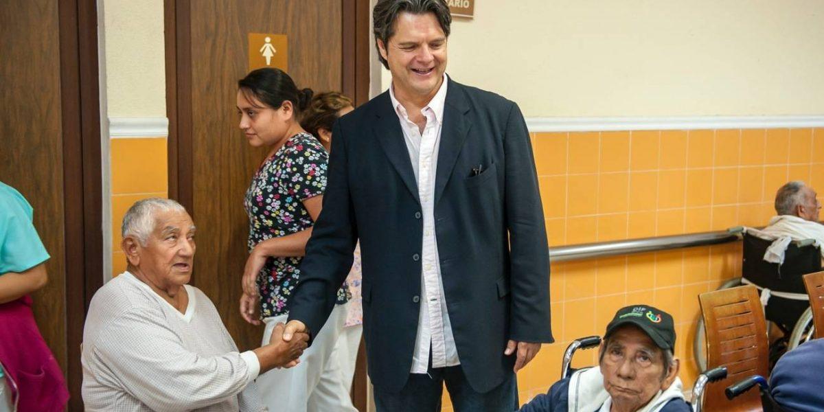 Ariel López Padilla visita asilo de ancianos abandonados en Campeche