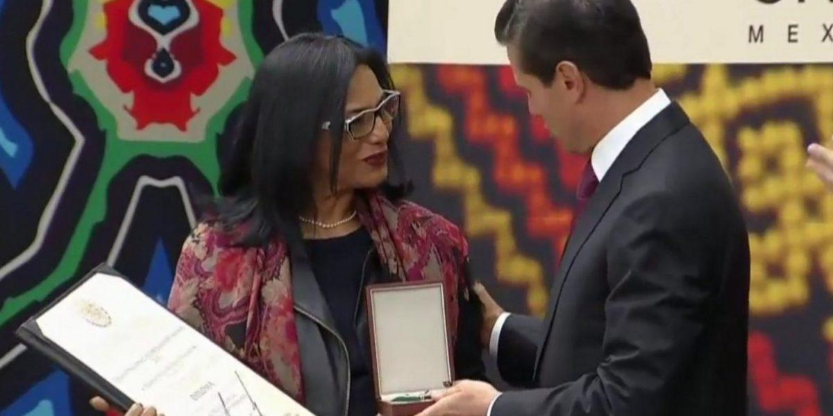 Entrega Peña Nieto medalla post mortem de Derechos Humanos 2016