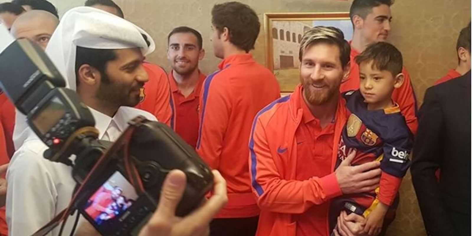 . Imagen Por: Messi cargó al pequeño. / FIFA