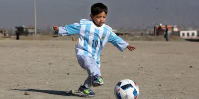 © Copyright 2016 The Associated Press. All rights reserved.. Imagen Por: ¡Sueño cumplido! Niño refugiado afgano fan de Messi conoció a su ídolo. / AP