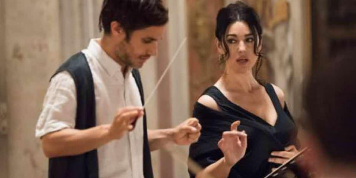 Monica Bellucci hace topless frente a Gael García en Mozart in the Jungle