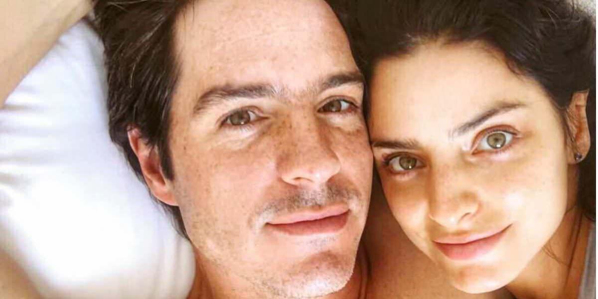 Aislinn Derbez y Mauricio Ochmann comparten foto íntima... en la cama