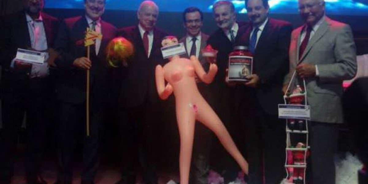 Chile: regalan muñeca inflable a ministro para