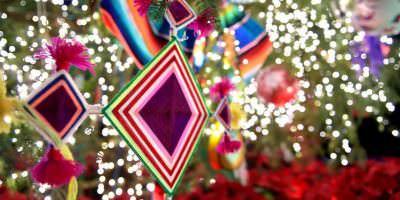Árbol de Navidad adornado con artesanías mexicanas ilumina Los Pinos. Imagen Por: Vía facebook.com/EnriquePN/