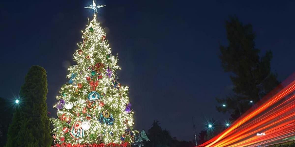 Árbol de Navidad adornado con artesanías mexicanas ilumina Los Pinos