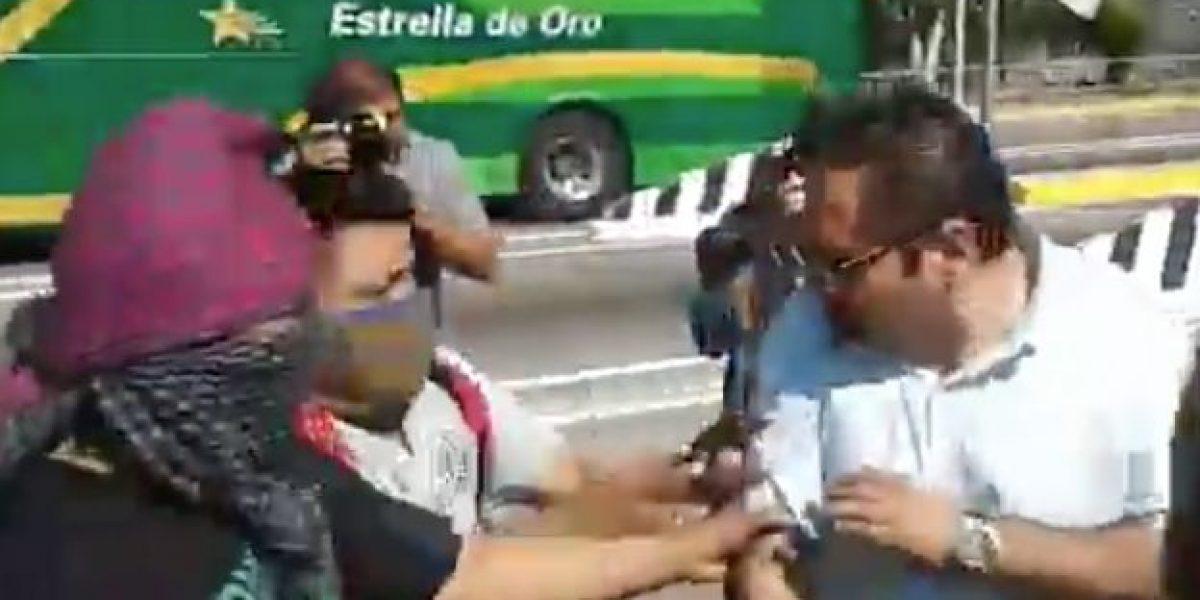 VIDEO: Padres de los 43 toman caseta de Autopista del Sol y retienen a funcionario