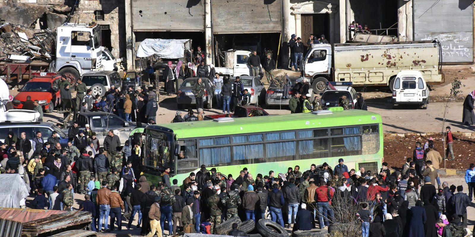 Así se vivió la evacuación de Alepo, Siria. Imagen Por: Miles de personas han sido evacuadas en las últimas horas |Foto: AP