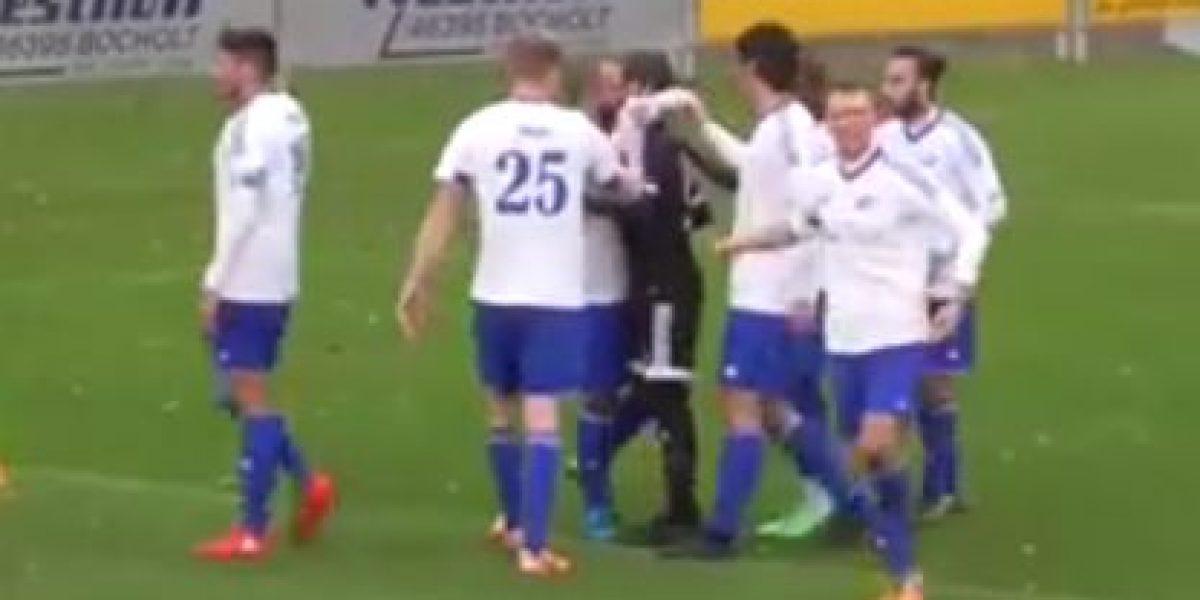 VIDEO: Futbolista es besado tras acto de Fair Play