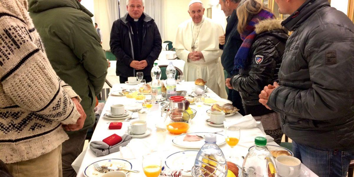 Celebra Papa Francisco cumpleaños 80 con indigentes