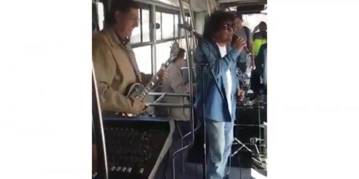 Los Ángeles Negros se suben a cantar en el Metrobús