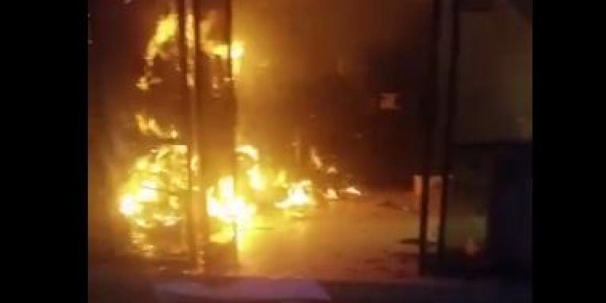 Encapuchados incendian oficina de Educación en Chiapas