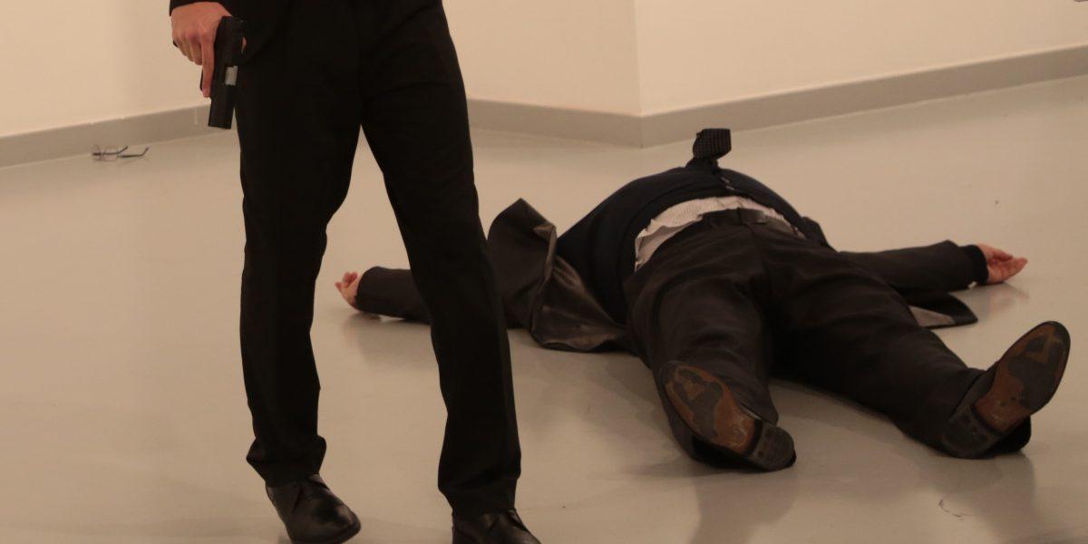Asesinan a embajador ruso en Turquía; atacante sería policía