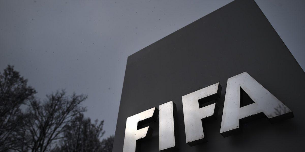 FIFA suspende de por vida a funcionarios por sobornos