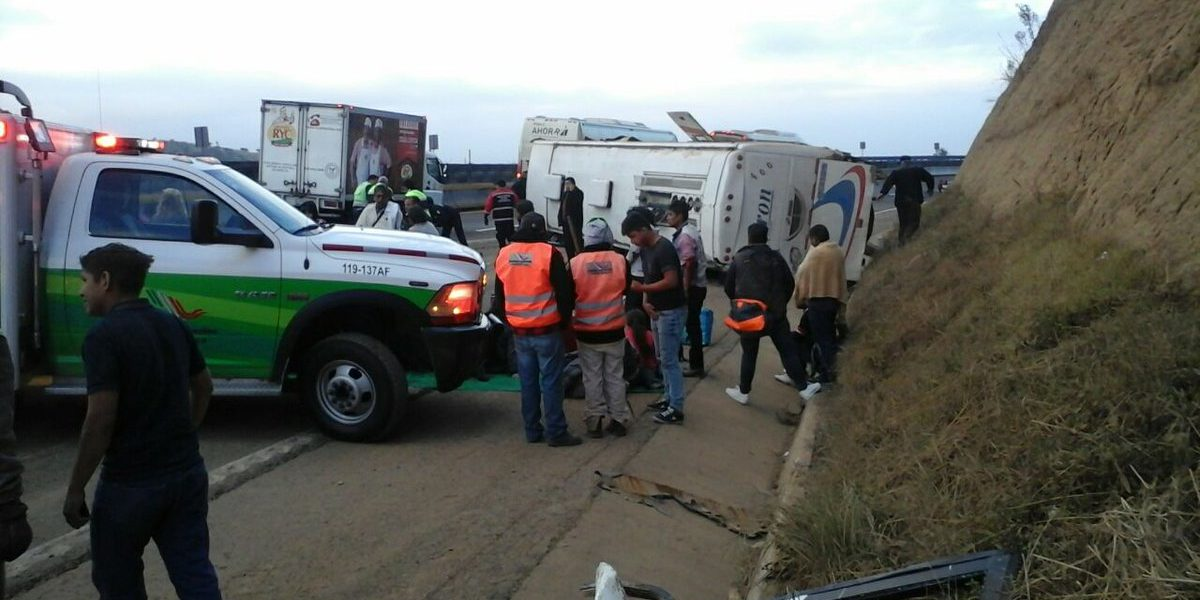 Vuelca autobús de pasajeros en la México- Puebla