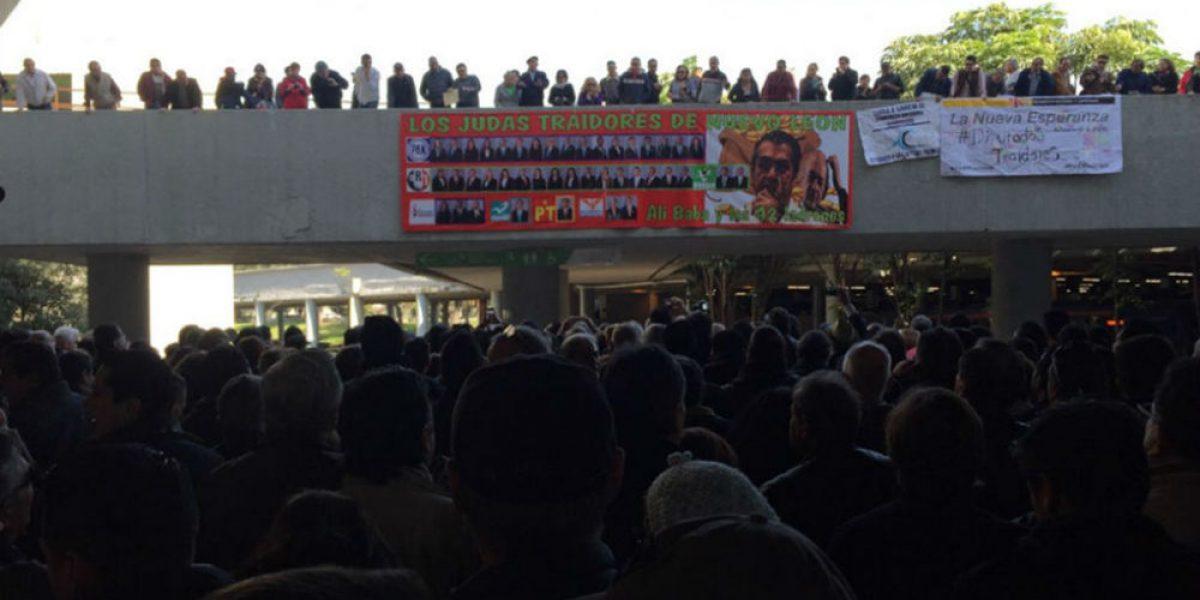 Manifestantes toman Palacio de Gobierno de Nuevo León