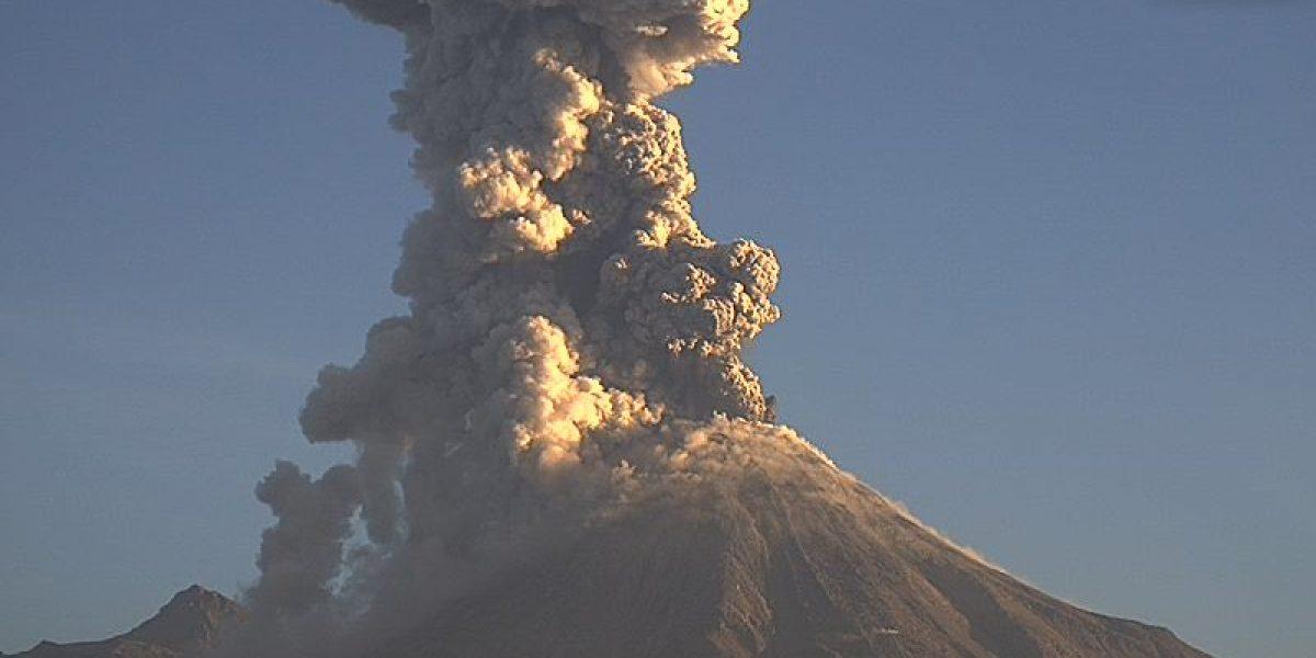 Volcán de Colima lanza fumarola de dos kilómetros