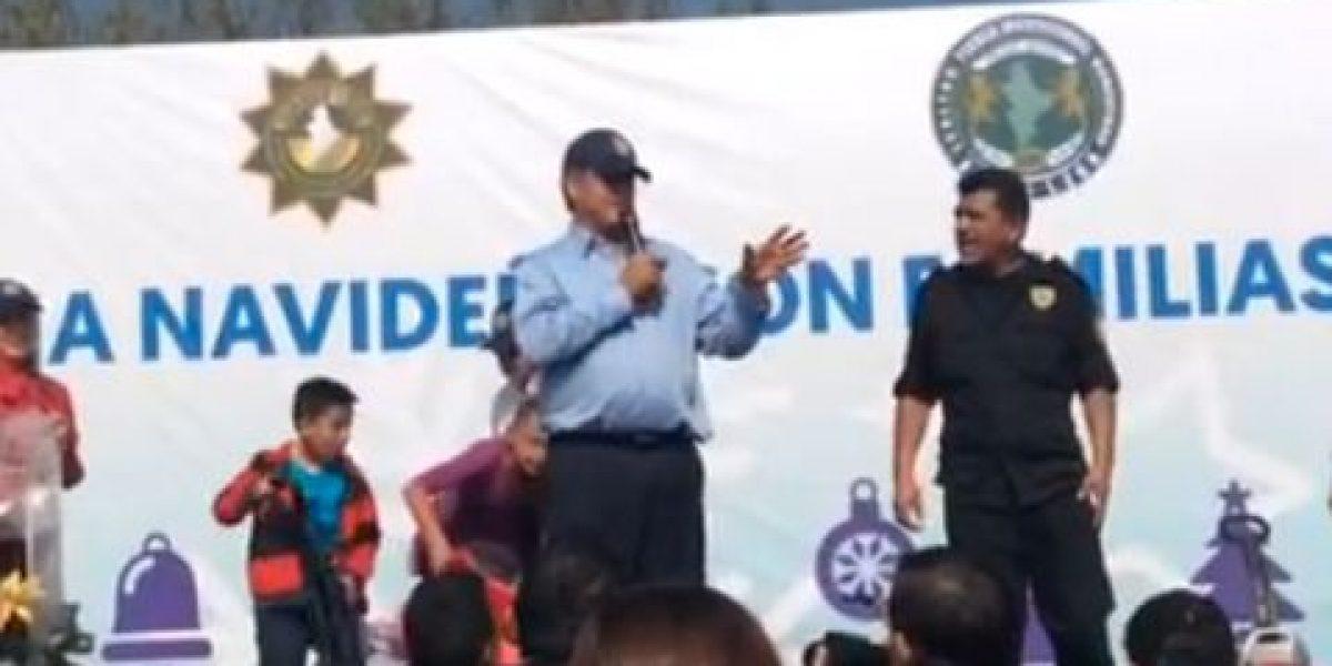 VIDEO: El Bronco revela a hijos de policías quién es