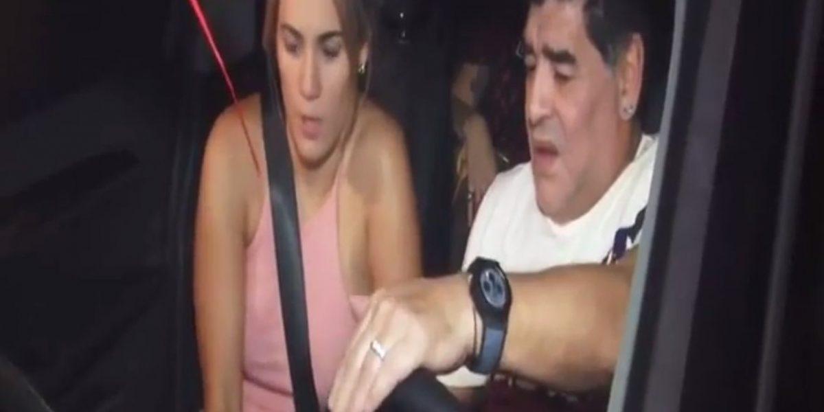 VIDEO: Reporteros se burlan de Maradona por no poder arrancar su camioneta