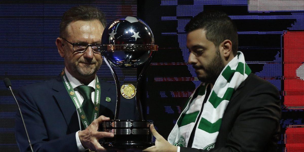 Chapecoense recibió la Copa Sudamericana y la compartió con el Atlético Nacional