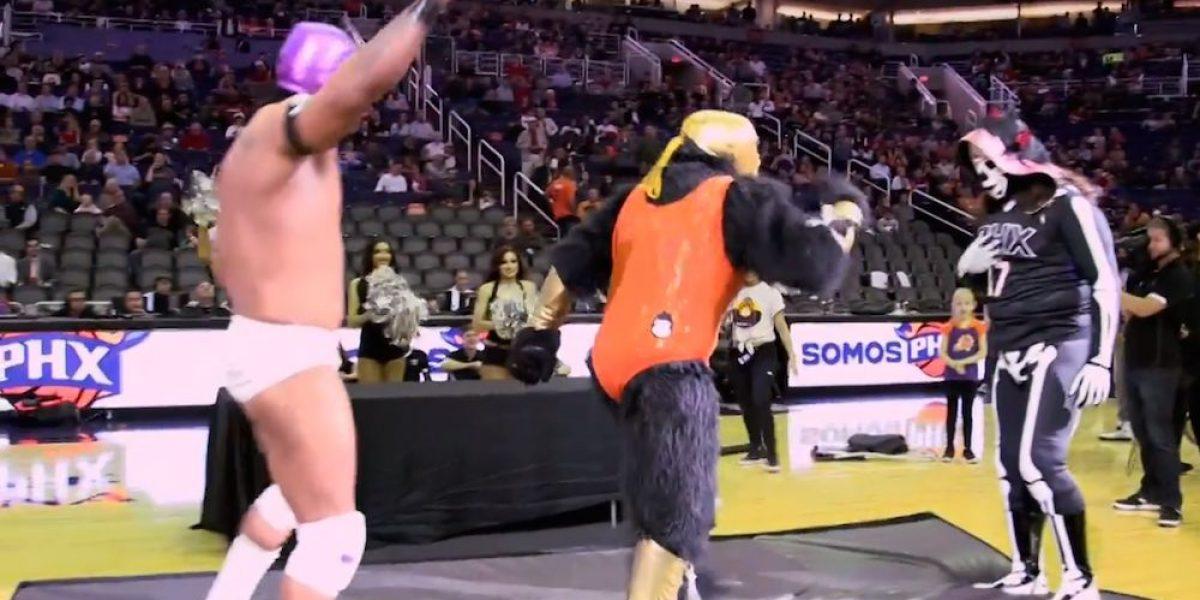 """VIDEO: La Parka y El Hijo del Fantasma le dieron una """"paliza"""" al Gorilla de los Suns"""