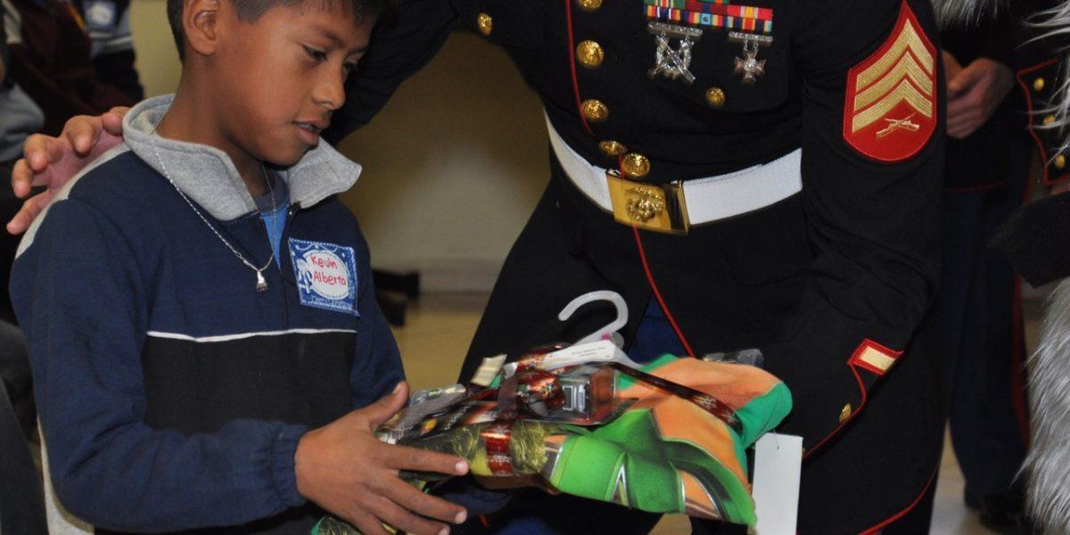 Niños pobres de Nuevo León reciben juguetes de Marines de EU