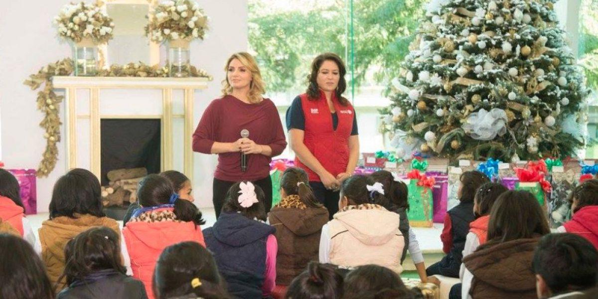 Peña Nieto y Rivera reciben en Los Pinos a cientos de niños de casas hogar por Navidad