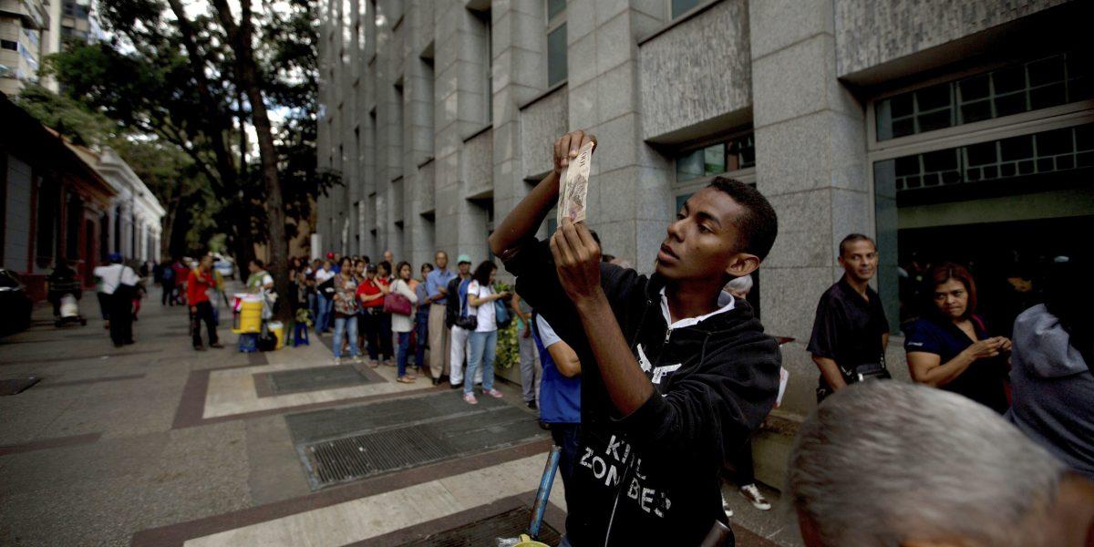 Economista augura profundización de la crisis en Venezuela en 2017