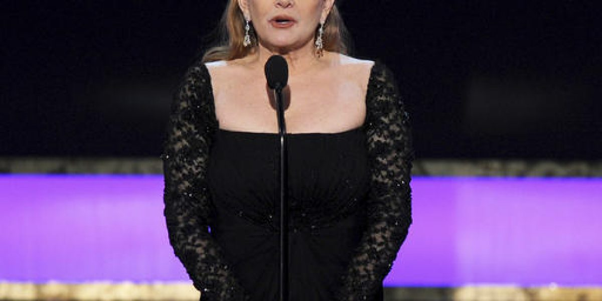 Reportan fuera de peligro a Carrie Fisher tras sufrir infarto en avión