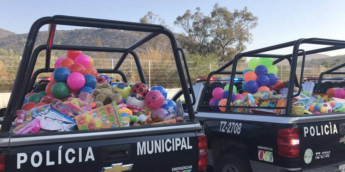 Policía entrega juguetes a niños de escasos recursos por época navideña