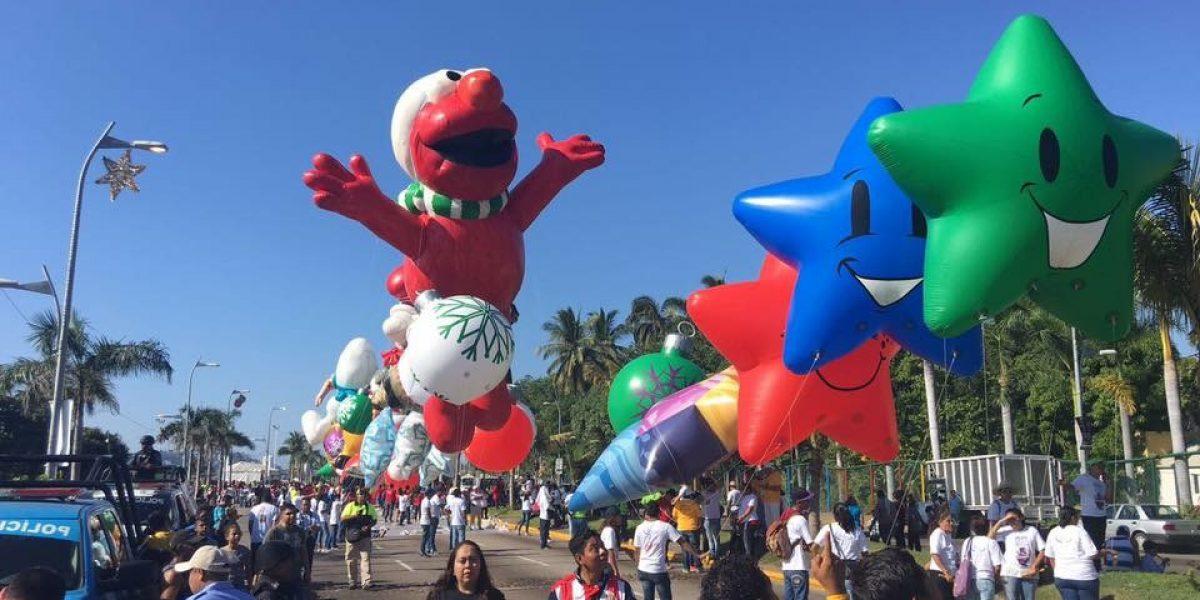 Acapulco da la bienvenida a la Navidad con desfile de 36 globos gigantes